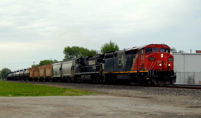17M with CN 2437 (D8-40CM) leading at Kendallville Indiana