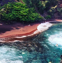 Red sand beach. Maui #jetset #maui🌴 #hawaii #mexicanoviajero