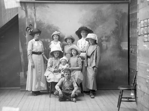 Group portrait, ca. 1915-1925.   by Fylkesarkivet i Sogn og Fjordane