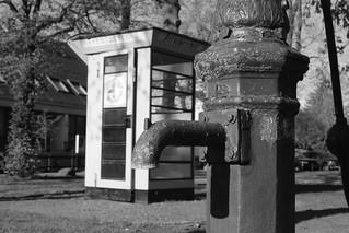 Wasserhahn und Telefonzelle in Alt-Lübars | by Grüner Nomade
