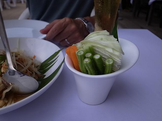 <p>f)辛さのお伴には生野菜</p>