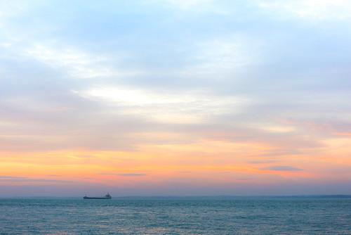 dsc61882d solent sea ship sunset cowes england unitedkingdom gb scape landscape sky big bigsky orange aqua turquoise marine tangerine skies