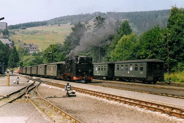 DR: 99 1771-7 mit Personenzug im Bahnhof Kurort Oberwiesenthal