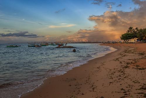 brazil sunrise salvador atlanticcoast atlanticocean farroldaitapuã praiadeitapuã bahia br lighthouse beach fishingboats canon southamerica