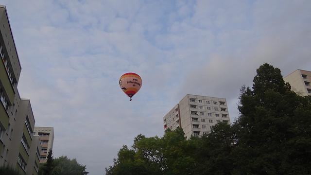 Es sind Ehrenpreise ausgesetzt für alle Wagenführer, die als erste die Ballons, wenn sie gelandet sind, erwischen. Mich kümmert es anfangs nicht, wohin die Luft uns führt 00036
