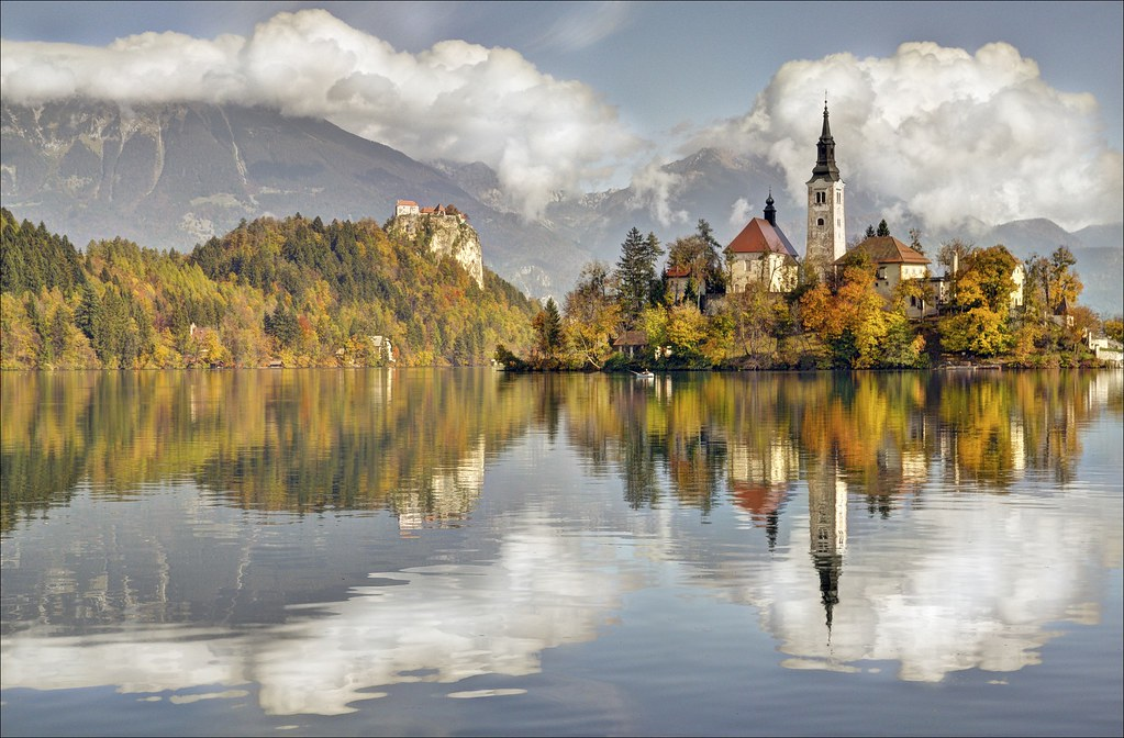Hasil gambar untuk lake bled slovenia autumn