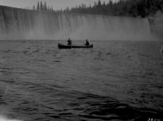 Two people canoeing, Lady Evelyn Falls, Kakisa River, Northwest Territories / Deux personnes faisant du canot, chutes Lady Evelyn, rivière Kakisa (Territoires du Nord-Ouest)