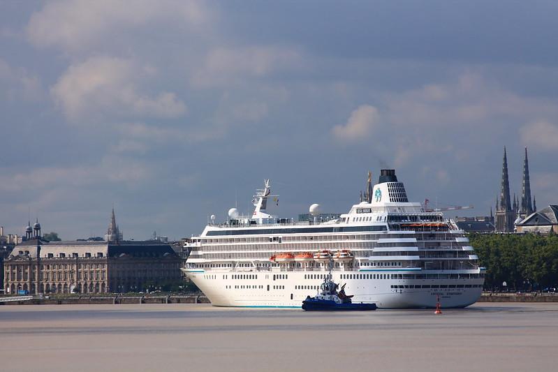 Evitage et accostage du paquebot MS CRYSTAL SYMPHONY - Port de la Lune - Bordeaux - 26 aout 2013