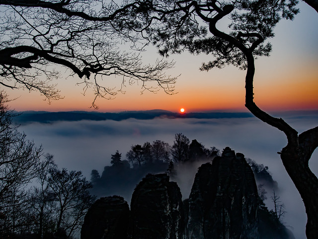 nebliger Sonnenaufgang an der Bastei