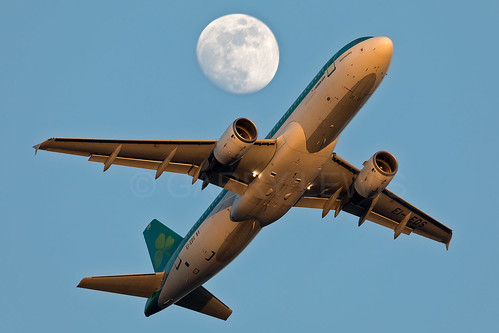 lhr egll london heathrow middlesex uk unitedkingdom britain greatbritain aircraft airplane airliner aeroplane plane jet aviation avion flugzeug canon eos 5dmarkiv 100400f4556lismarkii ei ein shamrock aerlingus airbus a320 moon eieds dusk sunset