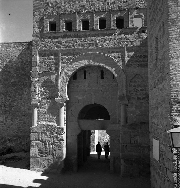 Puerta Vieja de Bisagra en Toledo en los años 50. Fotografía de Nicolás Muller  © Archivo Regional de la Comunidad de Madrid, fondo fotográfico