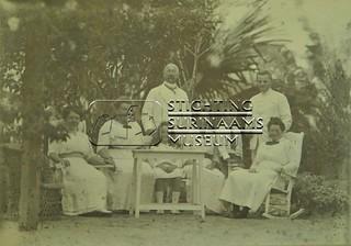 Groesfoto in tuin echtpaar Calkoen en M.C. Welle | by Stichting Surinaams Museum