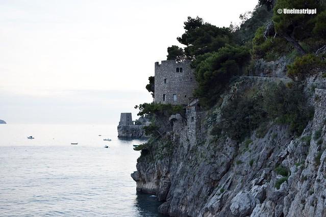 Kivinen jyrkänne laskee mereen Positanossa Amalfin rannikolla