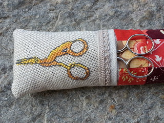 Hang_it_up_Pincushion_with_scissor_pocket