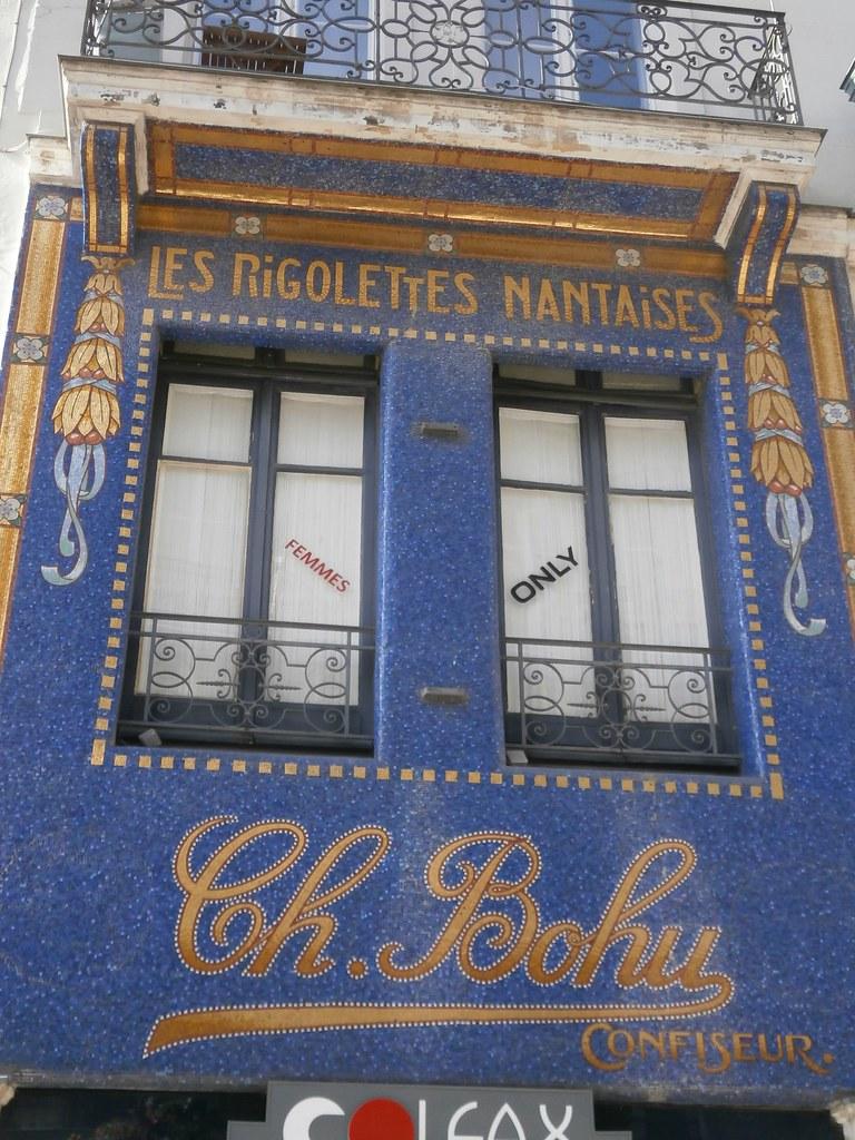 Rue De La Deco nantes. enseigne art-déco des rigolettes nantaises. rue de