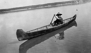Robert Service in a canoe between Fort Smith and Fort Norman, Northwest Territories / Robert Service dans un canot entre Fort Smith et Fort Norman (Territoires du Nord-Ouest)