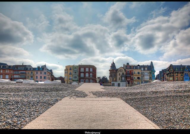 Mers-Les-Bains boulevard against the light