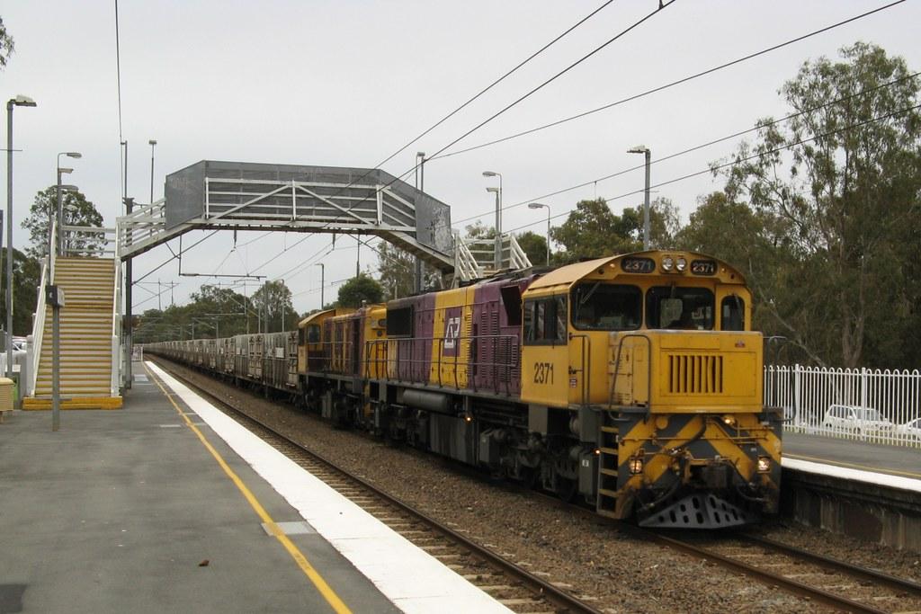 2371 and 1725 at Dakabin, 18.8.2008 by John Ray