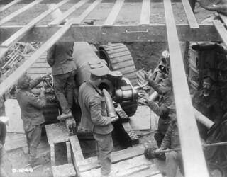 Loading a large naval gun on the Canadian front, taken during the Battle of Vimy Ridge / Sur le front canadien, chargement d'un gros canon naval pris pendant la bataille de la crête de Vimy