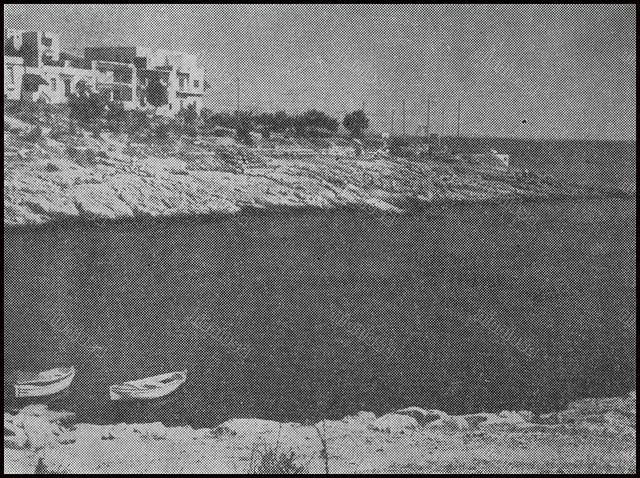 """Όρμος Αφροδίτης (Μπαϊκούτσι). Πηγή φωτογραφίας: """"Πειραϊκόν Ημερολόγιον"""", 1966."""