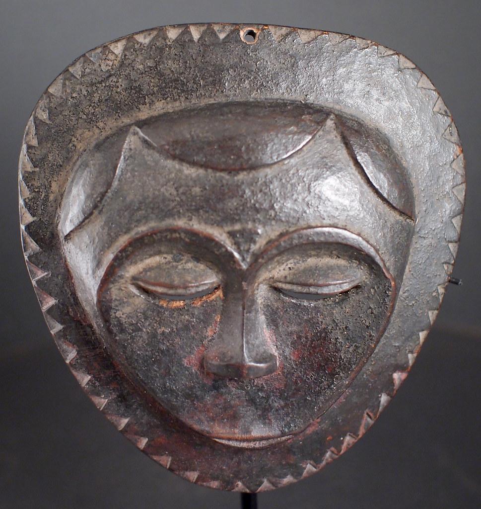 PA046950 Small round Ceremonial Mask, Eket people, Nigeria