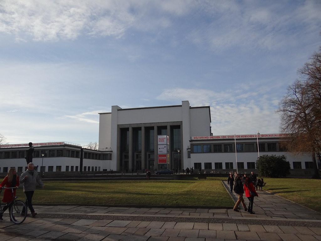 Deutsche Hygiene-Museum Dresden, Seevorstadt West, ein öffentliches Forum für Wissenschaft, Kultur und Gesellschaft, wurde 1912 gegründet, der jetzige Bau 1930 eröffnet,  durch Bomben im Februar 1945 schwerer zerstört, in der DDR wieder aufgebaut und von 2001 bis 2005 grundlegend saniert und umgebau 00401
