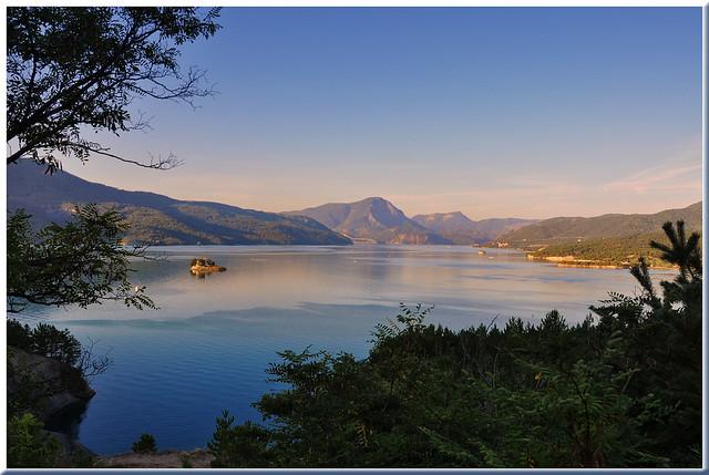 Début de journée sur le lac de Serre-Ponçon