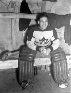 Hal Stade, goalie of the Royal Canadian Navy Hockey Team, Halifax, Nova Scotia / Hal Stade, gardien de but de l'équipe de hockey de la Marine royale canadienne, Halifax (Nouvelle-Écosse)