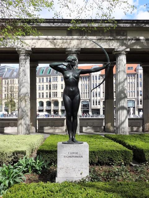 um 1900 Berlin Bogenspannerin von Ferdinand Lepcke Bronze Kolonnadenhof Bodestraße in 10178 Museumsinsel