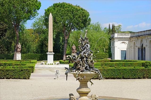 Le jardin de la villa Médicis au moment de l'exposition Annette Messager (Rome)