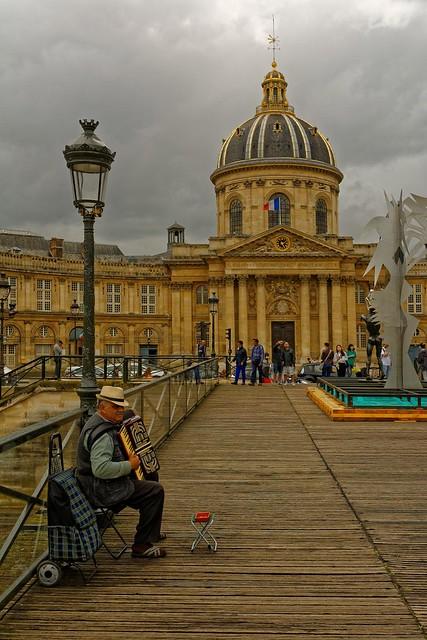 Paris - Pont des Arts / Accordeonist