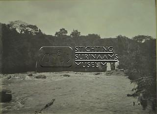 Gezelschap bij een sula | by Stichting Surinaams Museum
