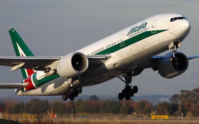 Boeing 777-243/ER Alitalia (EI-ISE)