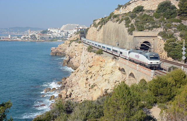 S 252064-1 + EM 1072 between Sitges and Garraf on 15th March 2014