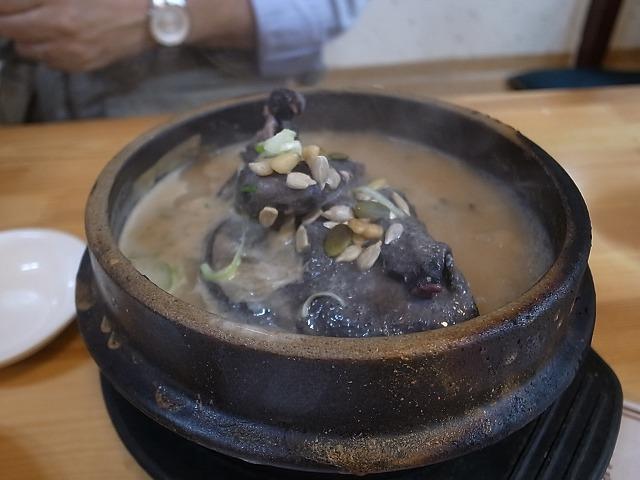 <p>f)烏骨鶏のスープ、オゴルゲタン<br /> スープが美味しくてたまりません。<br /> 高麗人参,なつめ、松の実、etc.たくさん入ってあっさり味。</p>
