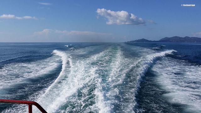 Veneen jättämät aallot Koh Taolta lähtiessä