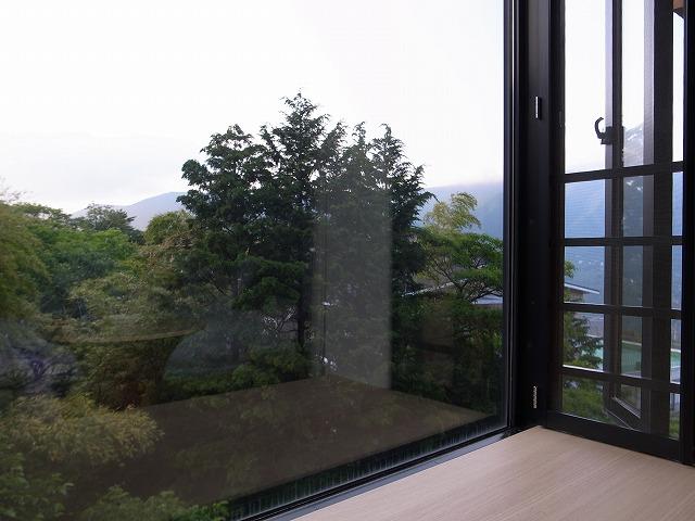 <p>e)この出窓がなかなかいい感じです。<br /> お部屋の圧迫感が軽減されます。</p>