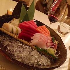 Sashimi de vieria, atún, salmón, salmonete, toro y mero en Madrid. Nikkei 225.