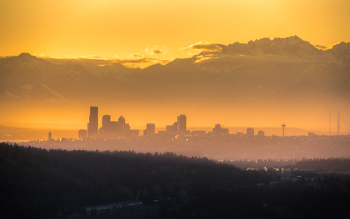 sunset cityscape seattle pacificnorthwest olympicmountainrange city downtown haze hazey canon 1610 orange yellow mountains buildings spaceneedle fog day canonef100400mmf4556lisusm canoneos5dmarkiii johnwestrock