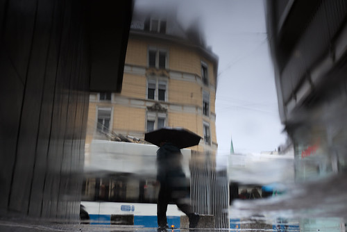 zürich schmiedewiedikon wiedikon kreis3 busstation publictransport puddlegram man umbrella reflection zvv vbz fujifilm x100t streetphotography 2017 switzerland ch pointofview pov 35mm color