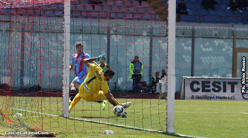 Antonio Santurro superato da Mazzarani in un Catania-Siracusa di qualche anno fa...