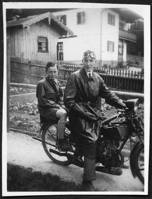 Archiv A182 Hitlerjunge auf dem Motorrad, 1930er