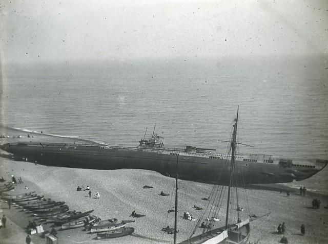 H01744 German U Boat U118, washed ashore at Hastings, 15th April, 1919