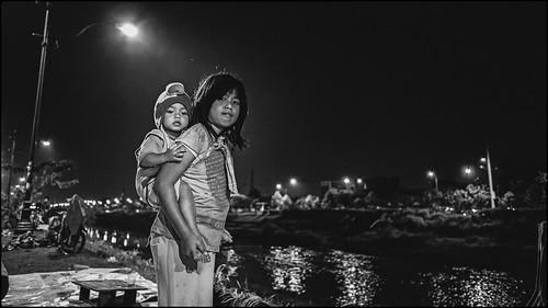 street light night children indonesia streetphotography jakarta malam lampu bkt anakanak eastjakarta banjirkanaltimur ef28mmf28isusm