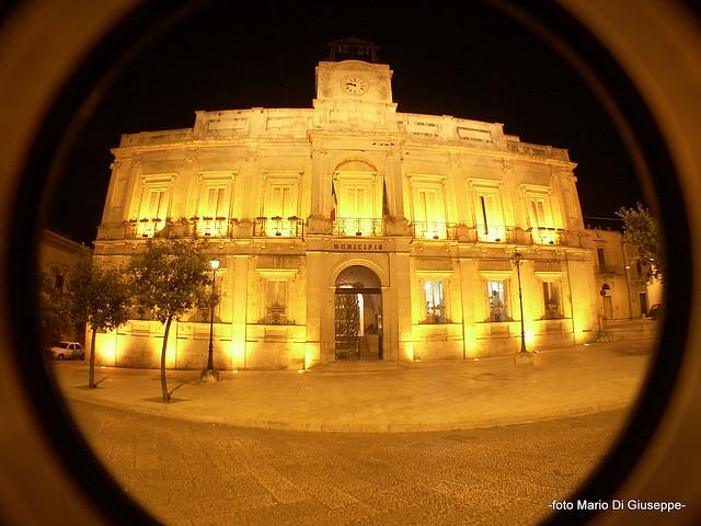 municipio gioia di notte