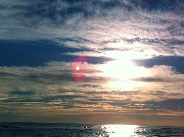 Sol i núvols al mar