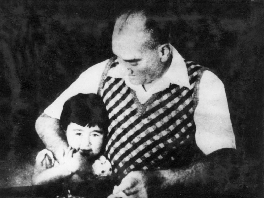 Atatürk ve Çocuk Sevgisi | Manevi Kızı Ülkü ile, Florya İsta… | Flickr