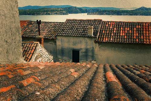 roofs dächer häuser houses sea meer fujix100s fuji sibenik croatia architecture architektur landscape kroatien küste landschaft cityview city
