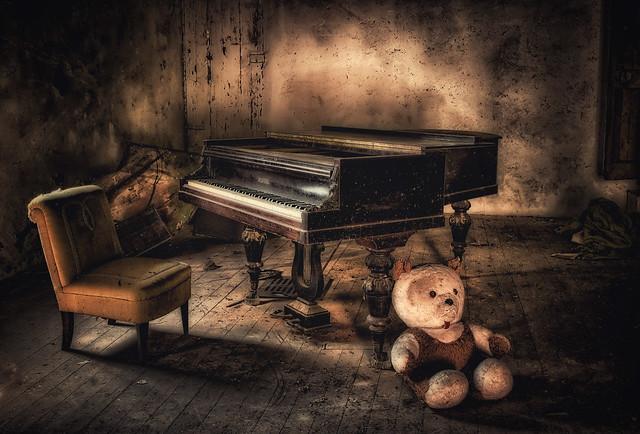 il maestro di piano si riposa... villa R.  fragilimemorie.com