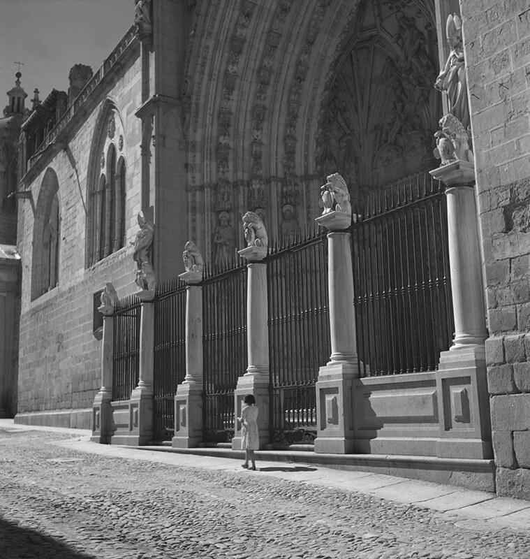 Puerta de los Leones de la Catedral de Toledo en los años 50. Fotografía de Nicolás Muller  © Archivo Regional de la Comunidad de Madrid, fondo fotográfico